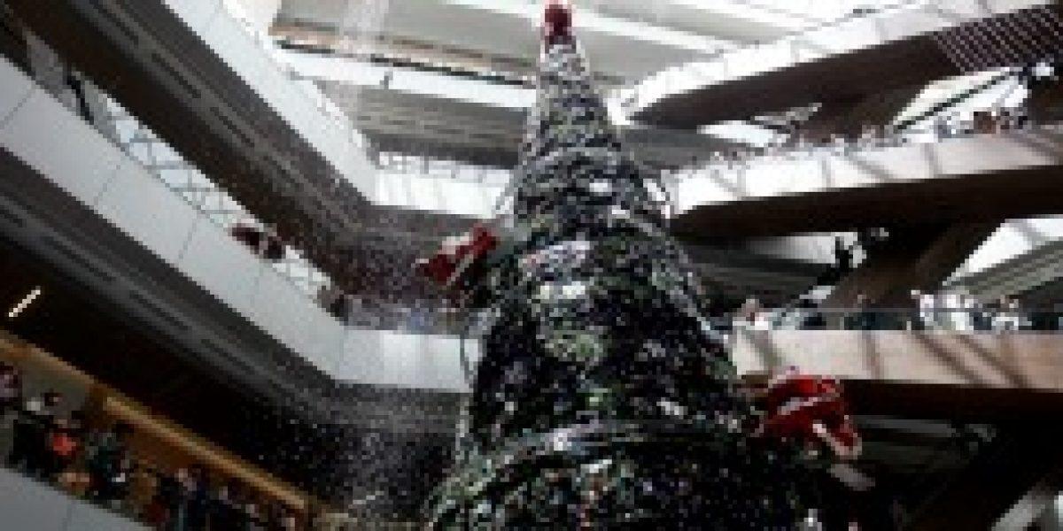 Árbol nevado abre la temporada de Navidad en mall capitalino