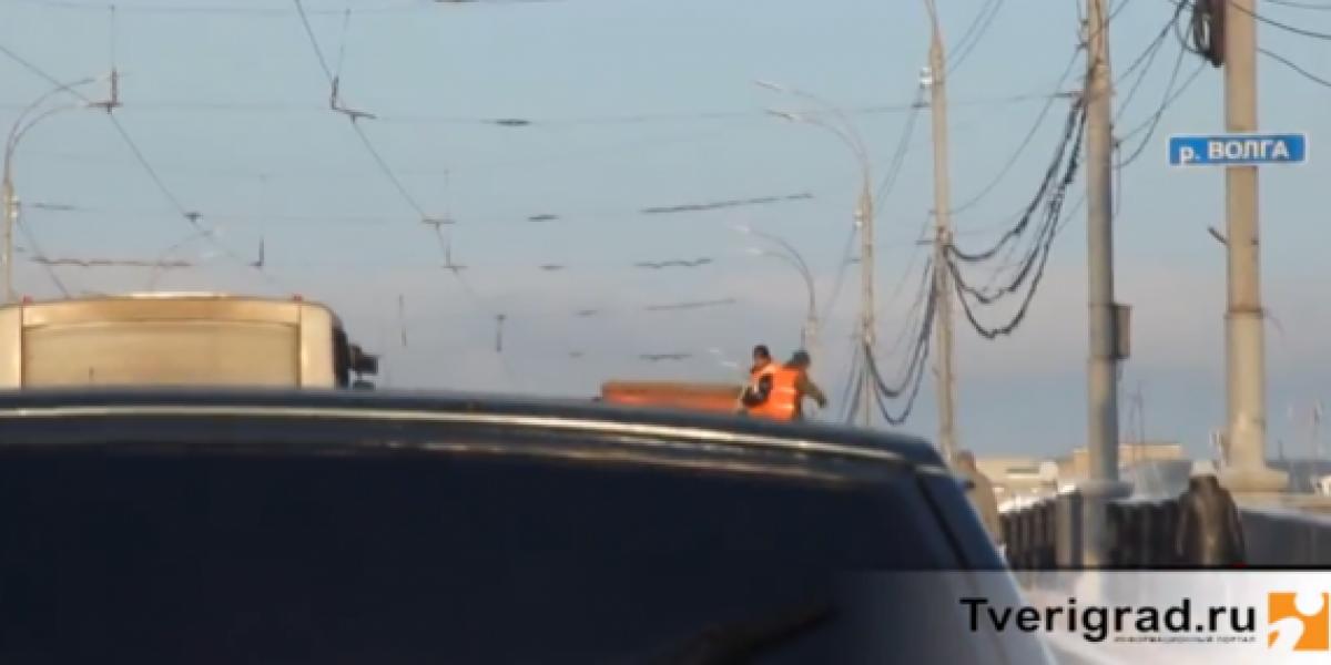 Hombres montados en camión tiran tierra a los transeúntes