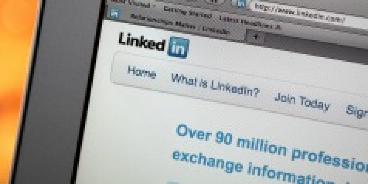 Al usar internet ¿dónde buscan empleos las personas recién tituladas?