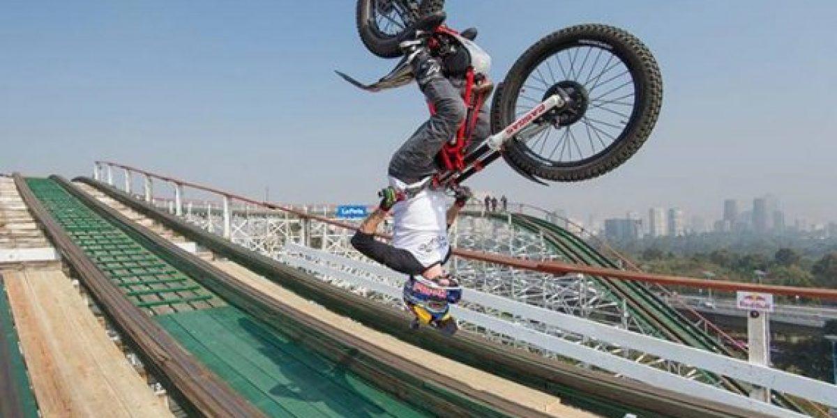Realiza acrobacias y recorre montaña rusa con una motocicleta