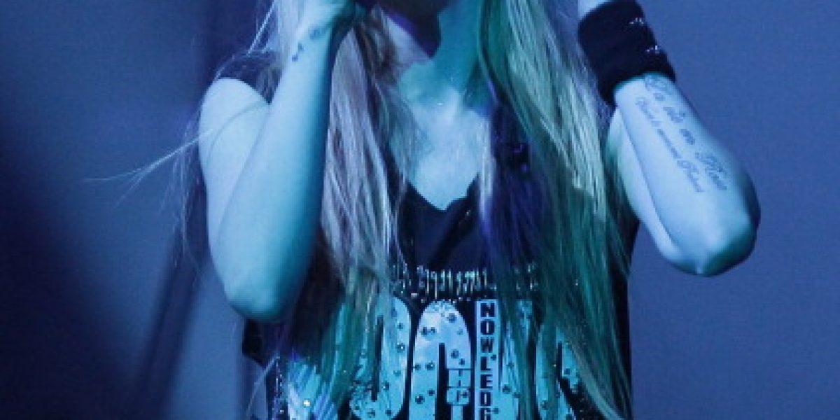 Avril Lavigne pide a sus fans que recen por su salud
