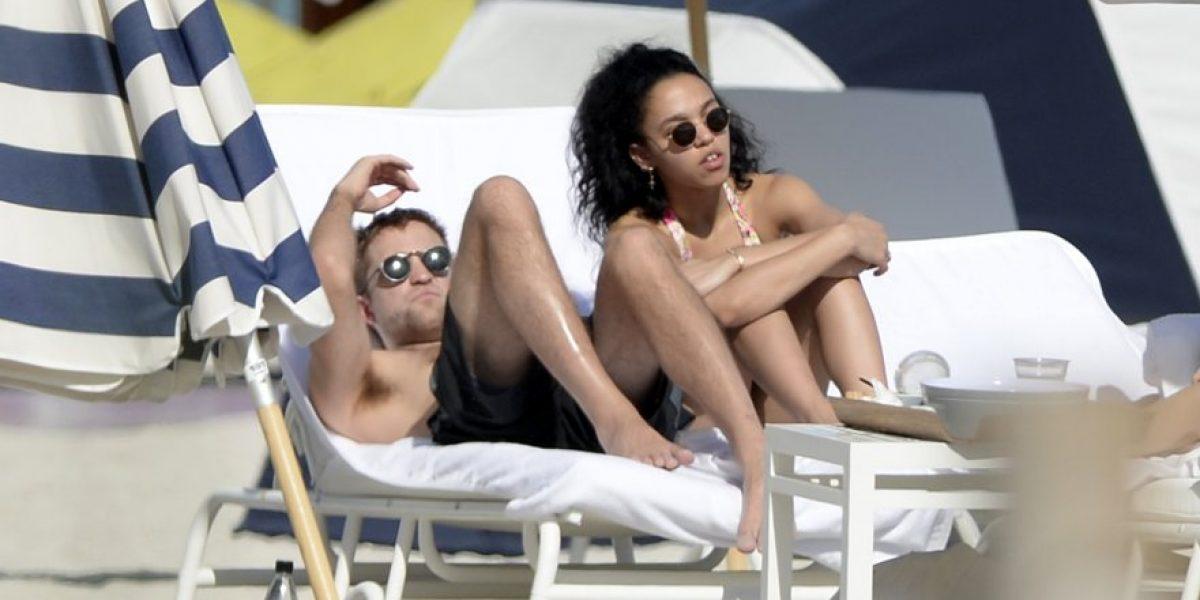 Robert Pattinson y su novia fueron sorprendidos en medio de sus románticas vacaciones