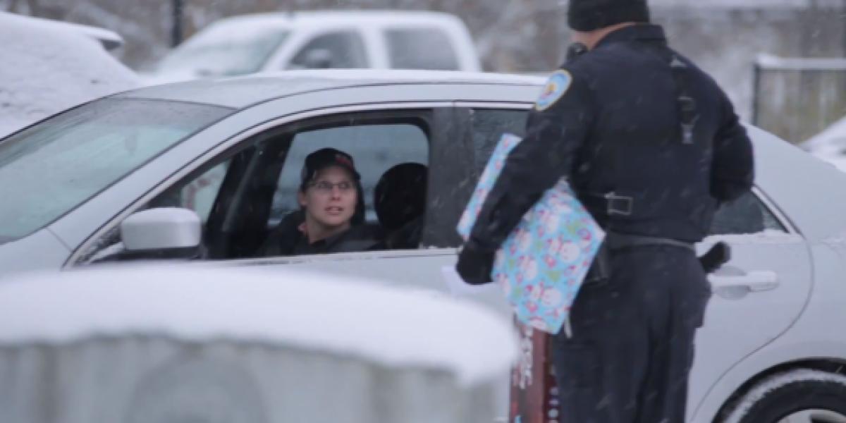 Policía da regalos en vez de pasar multas