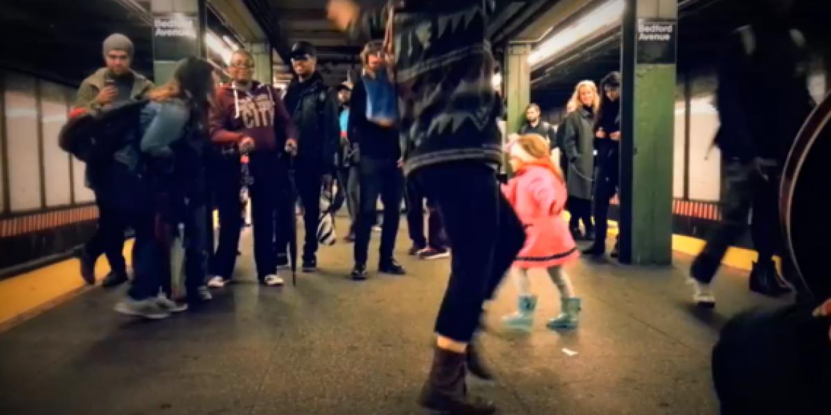 Pequeña niña hace bailar a todos en el metro