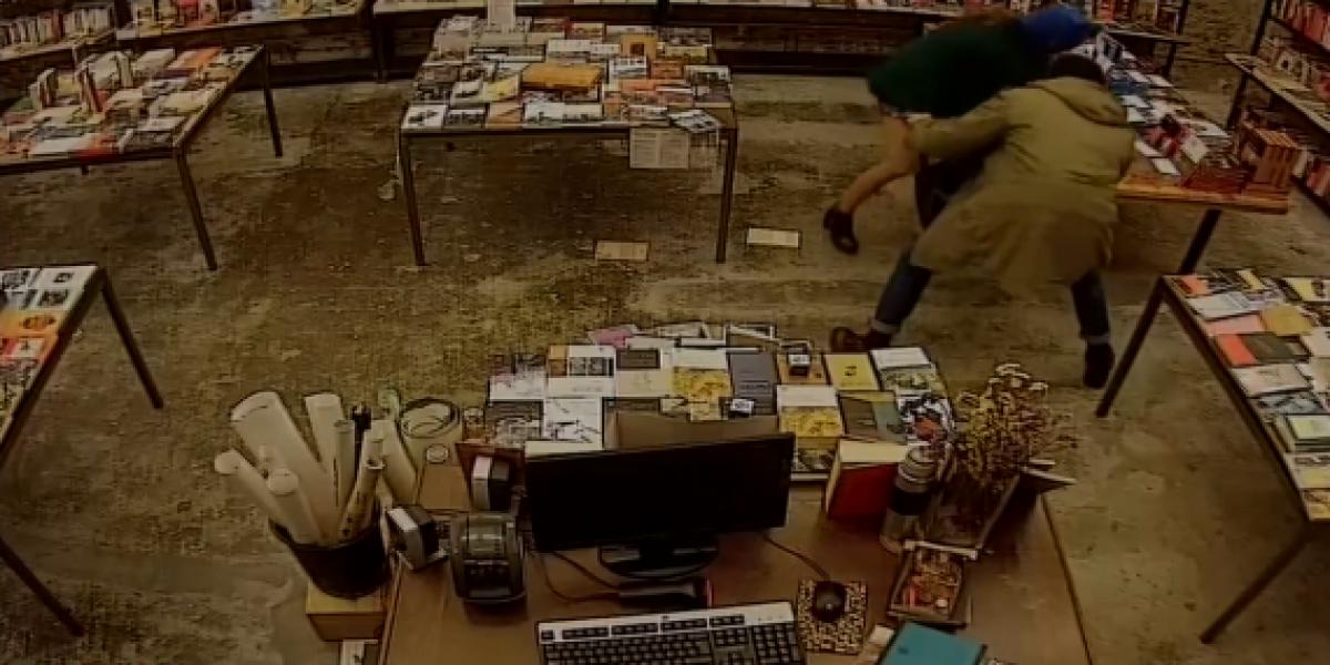 Ladrones cultos roban librería en un MINI