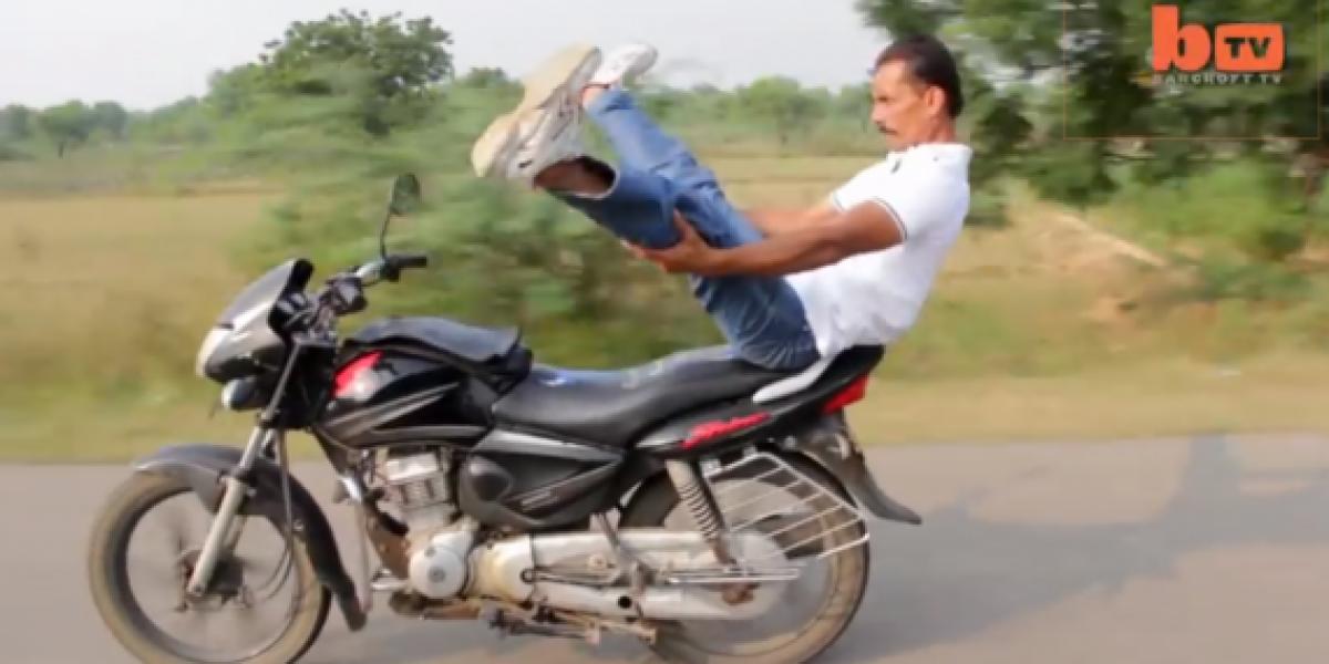Hombre practica yoga en una motocicleta a toda velocidad