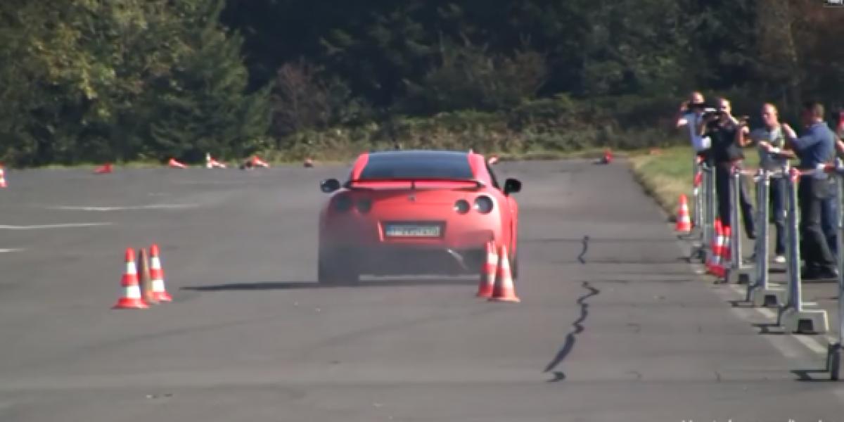 Autos deportivos tocan villancicos