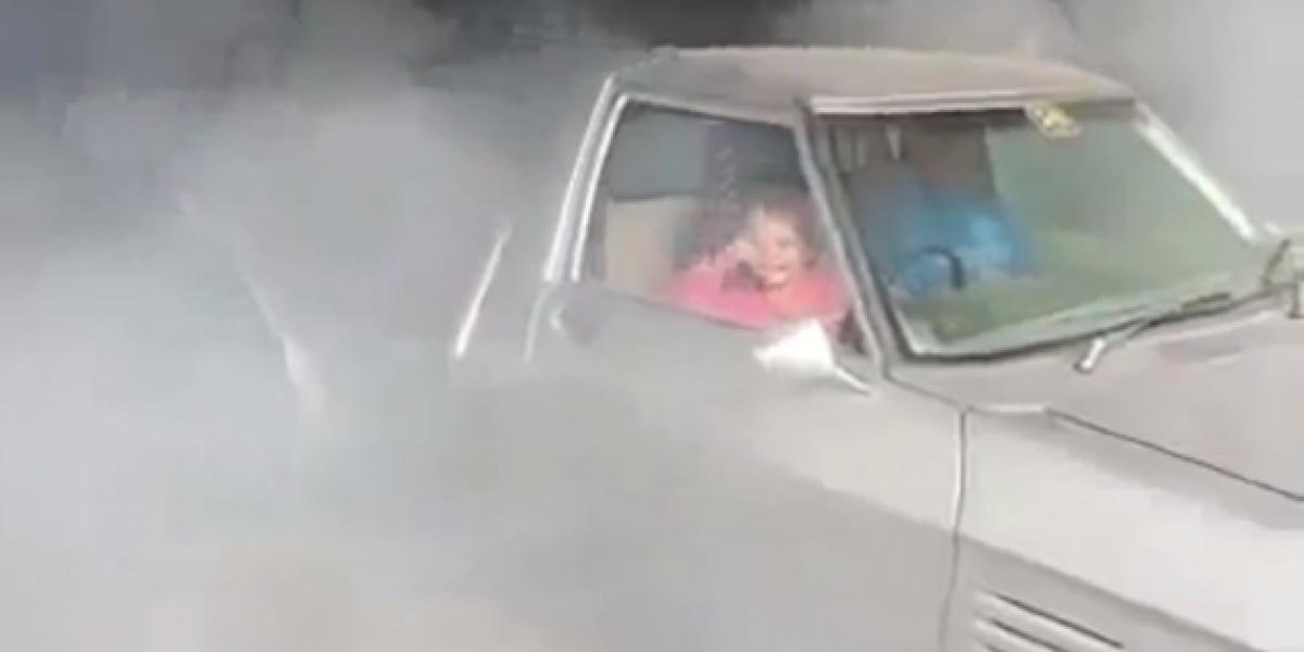 Niña de 7 años quema ruedas de una camioneta