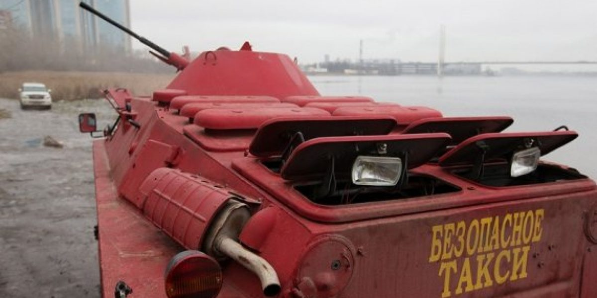 Utilizan vehículos anfibios del ejercito como taxi en Rusia