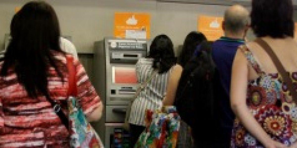 Personas hacen filas para retirar dinero de cajeros automáticos