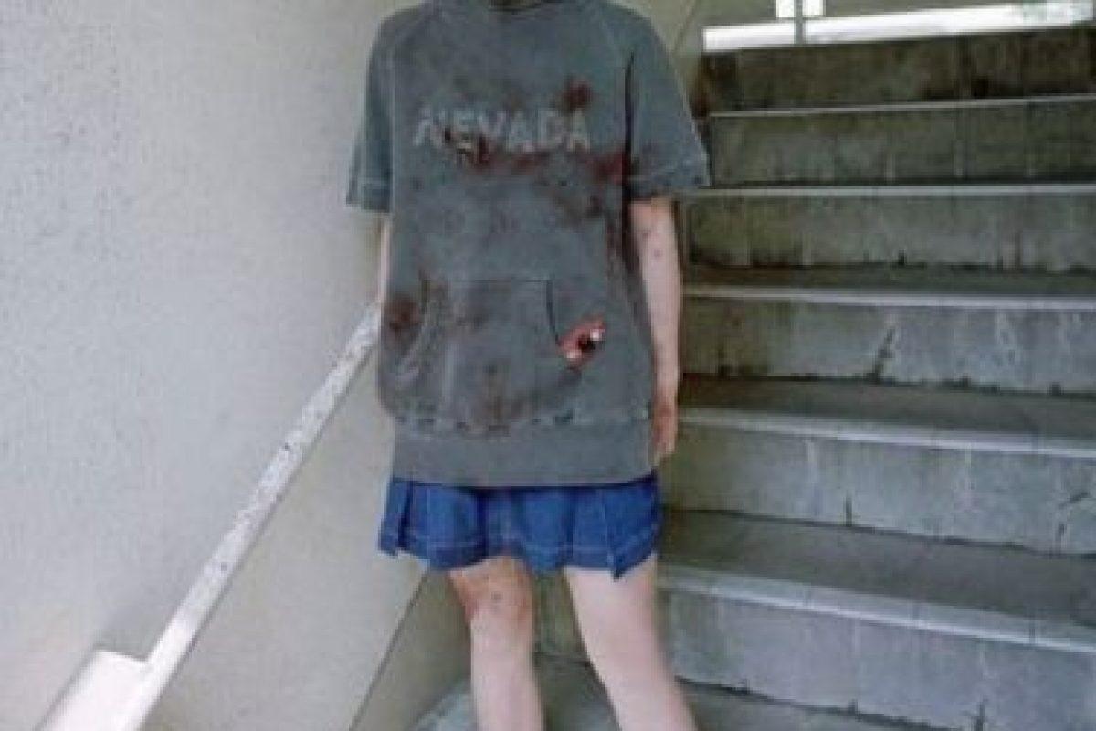 """Natsumi Tsuji: En 2004 fue sentenciada, con solo 11 años, a pasar nueve años de prisión por degollar a su compañera Satomi Mitarai con una navaja en un salón de clases, todo luego de vendarle los ojos. Era fanática de la subcultura gore. Degolló a Satomi porque le hizo bullying y la llamó """"gorda"""". Luego de degollar a su compañera, sus compañeros estaban a su alrededor, y la fotografiaron. Increíblemente, tiene legiones de fans. Se le llamó 'Nevada- Tan' por su suéter. Foto:Fuji Tv. Imagen Por:"""