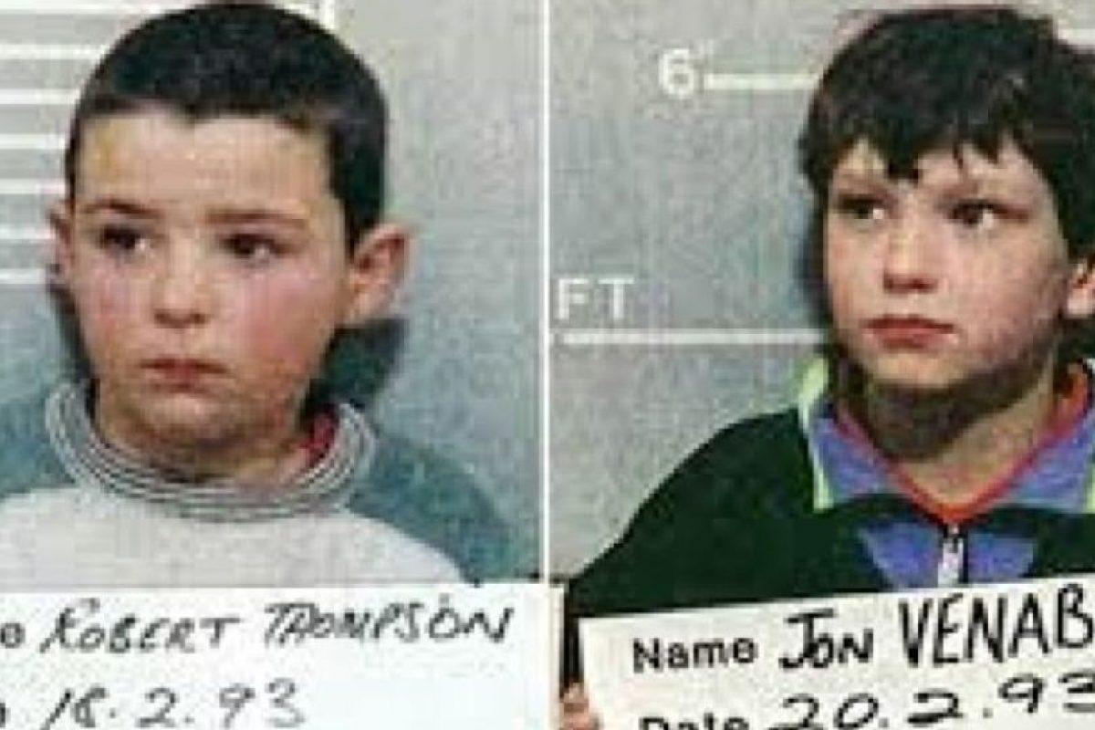 Robert Thompson y Jon Venables: Para 1993, estos dos amigos tenían diez años. Secuestraron a un niño de dos años, llamado James Bulger. Le arrojaron ladrillos encima, lo golpearon con una barra de metal, le quitaron los pantalones y los pañales y lo torturaron con baterías eléctricas. Encontraron el cuerpo del bebé en una vía férrea, el cadáver había sido partido en dos por el tren. Apenas se identificó a los dos niños, fueron condenados a prisión hasta cumplir su mayoría de edad. La ira se desató en Liverpool por el asesinato y sus familias debieron huir. A los dos niños se les dio una nueva identidad, pero Venables fue recapturado por posesión de pornografía infantil en 2010. Foto:The Times. Imagen Por:
