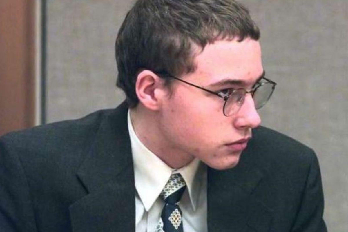 Joshua Phillips: Tenía 14 años cuando mató a golpes a su vecina de ocho años. Estaban jugando, cuando le dio un pelotazo, y ella se puso a llorar a los gritos. Desesperado, fue a su habitación y la golpeó. Luego la apuñaló repetidas veces. Escondió su cadáver bajo su cama, y al su madre descubrirlo (por el fétido olor), esta salió corriendo y llamó a la policía. Fue arrestado en su escuela. Foto:Getty. Imagen Por: