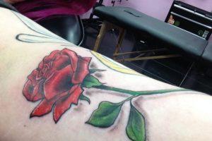 Ella fue a la tienda de tatuajes Erykane Art, cuya dueña es Erika Jensen. Foto:WasHuZ/Imgur. Imagen Por: