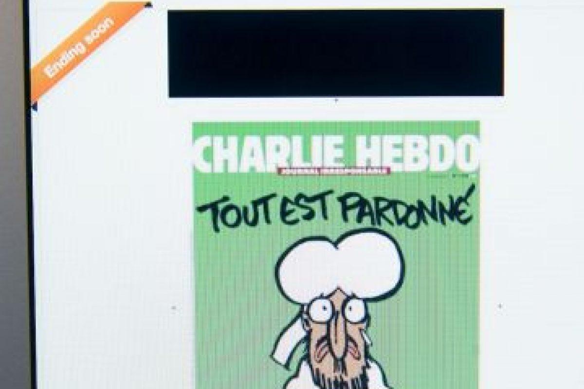 """En la portada de este número especial se puede ver a Mahoma con un cartel en el que dice """"Soy Charlie"""" y el titular """"Está todo perdonado"""". Foto:Getty Images. Imagen Por:"""