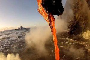 Lava cayendo del volcán Kilauea. Foto:kawika singson. Imagen Por: