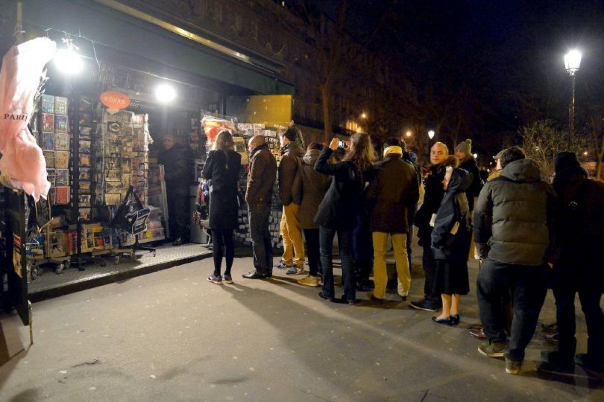 Largas filas hicieron los franceses para obtener un ejemplar. Foto:Publimetro Francia. Imagen Por: