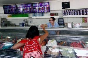 A la fecha, la autoridad sanitaria ha cursado 77 sumarios sanitarios a elaboradoras de helados, máquinas automáticas y/o expendio de helados (heladerías) y prohibido el funcionamiento a 8 instalaciones. Foto:Agencia UNO. Imagen Por: