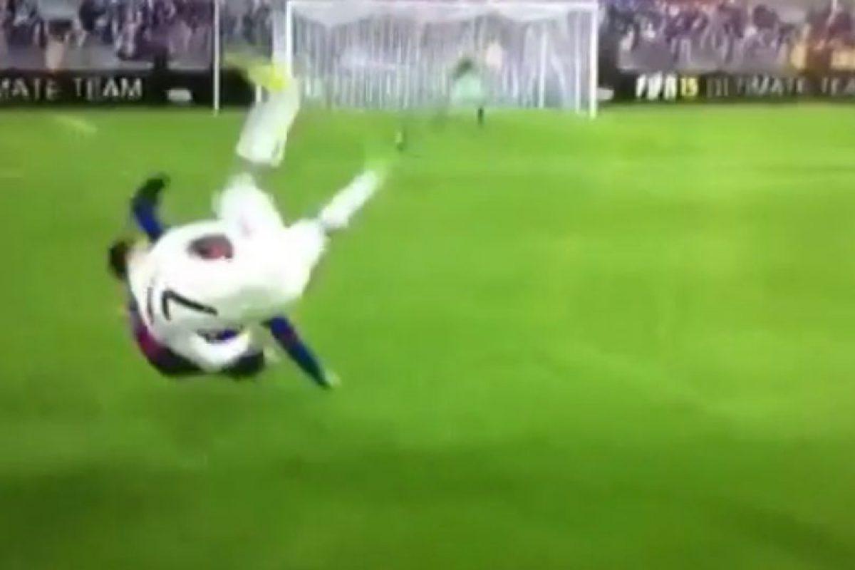 Cristiano Ronaldo parece hacer una llave contra un futbolista del Barcelona. Foto:Vine. Imagen Por: