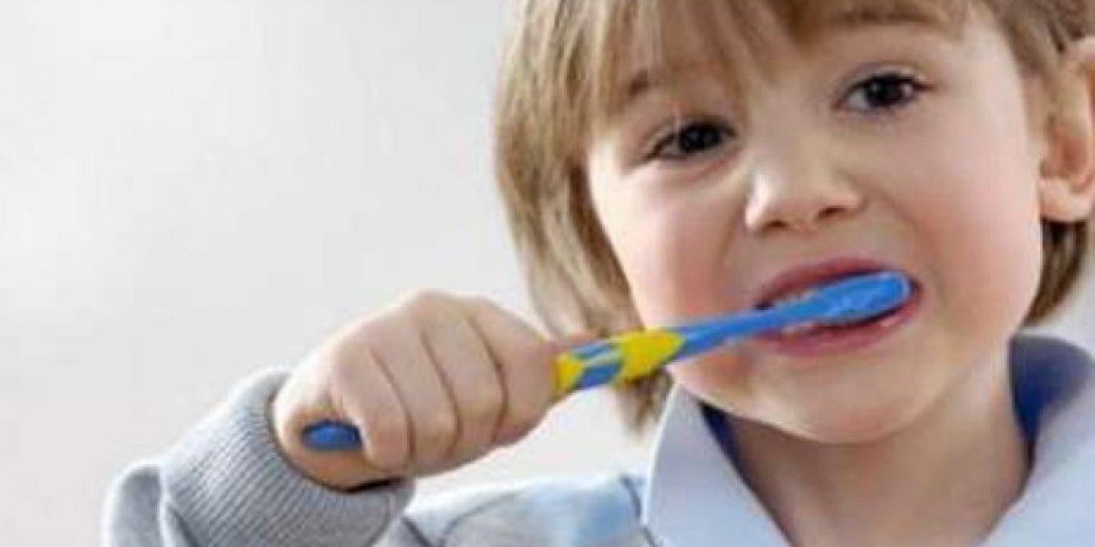 Experta entrega 10 consejos para el cepillado infantil durante las vacaciones de verano