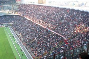 Cuando Milán juega como local el Estadio se llama San Siro, distrito donde se construyó en 1925 Foto:Wikipedia. Imagen Por: