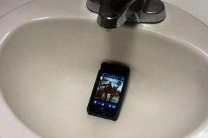 2.Fiesta silenciosa: Si de verdad lo suyo es todo un show de Broadway luego de su indigestión, prendan su celular y coloquen música en el lavamanos o al lado del baño. Foto:Reddit. Imagen Por: