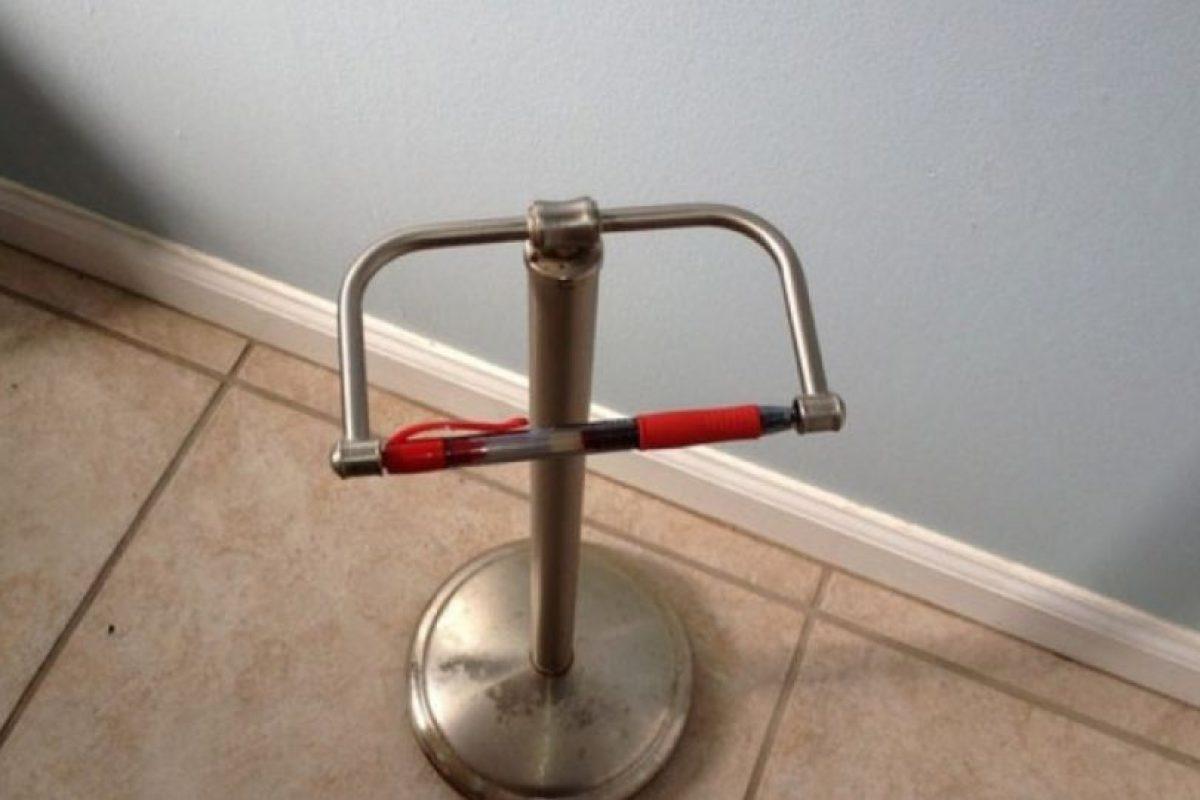 Si se rompió la palanca que dispensa papel higiénico, soluciónenlo con un esfero. Foto:Imgur. Imagen Por: