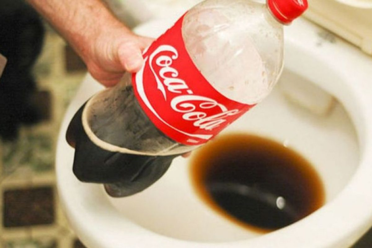 Si tapan el baño y cargan Coca Cola, con eso pueden limpiar. Foto:Wikihow. Imagen Por: