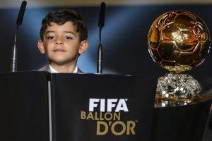 Su pqueño hijo Cristiano Ronaldo Jr. también fue al evento. Foto:AFP. Imagen Por: