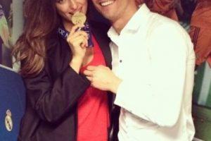Irina Shayk mordiendo la medalla de ganador de la UEFA Champions League de Cristiano. Foto:instagram.com/irinashayk. Imagen Por: