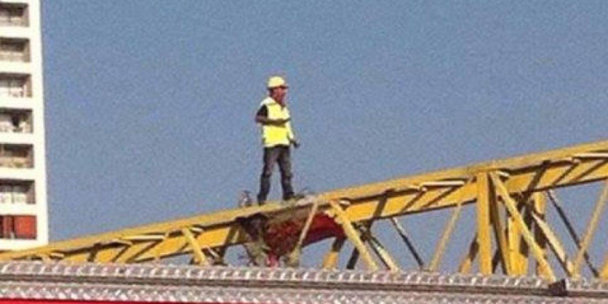 Detienen a trabajador de Metro que protestaba arriba de una grúa por malas condiciones laborales
