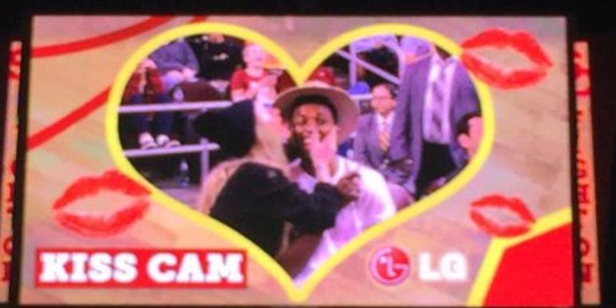 Iggy Azalea y jugador de la NBA se dan apasionado beso en la Kiss Cam