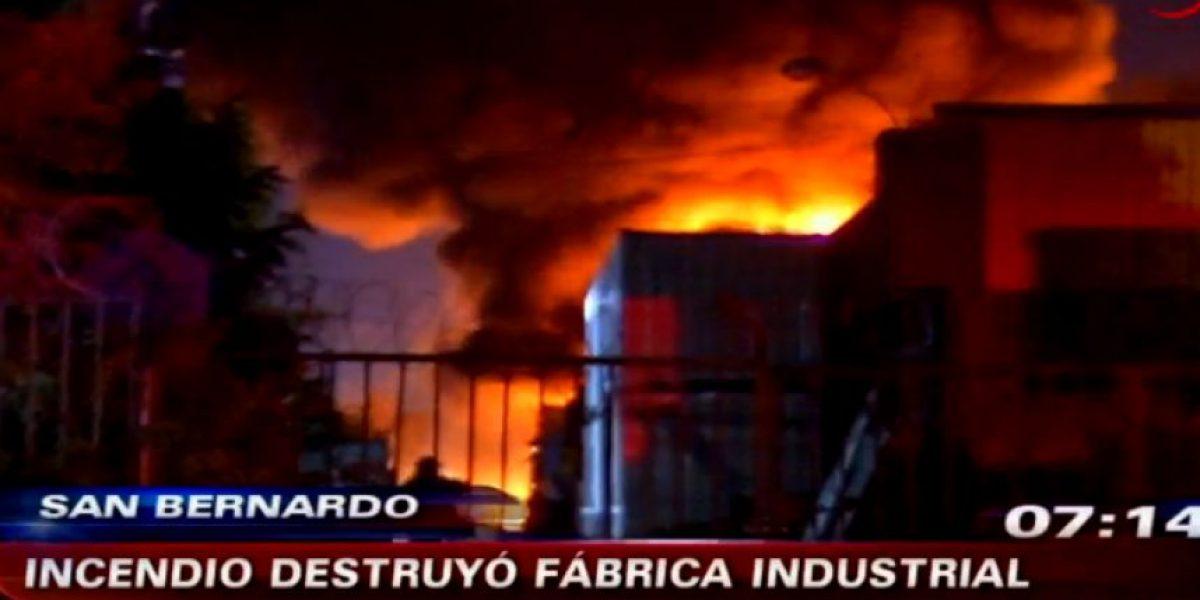 Llamas de hasta 50 metros destrozaron dos fábricas de espumas y plásticos de San Bernardo