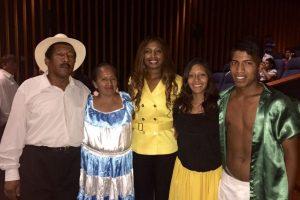 La cónsul Isabel Álvarez junto al grupo Tandanajuspha Foto:PUBLIMETRO. Imagen Por: