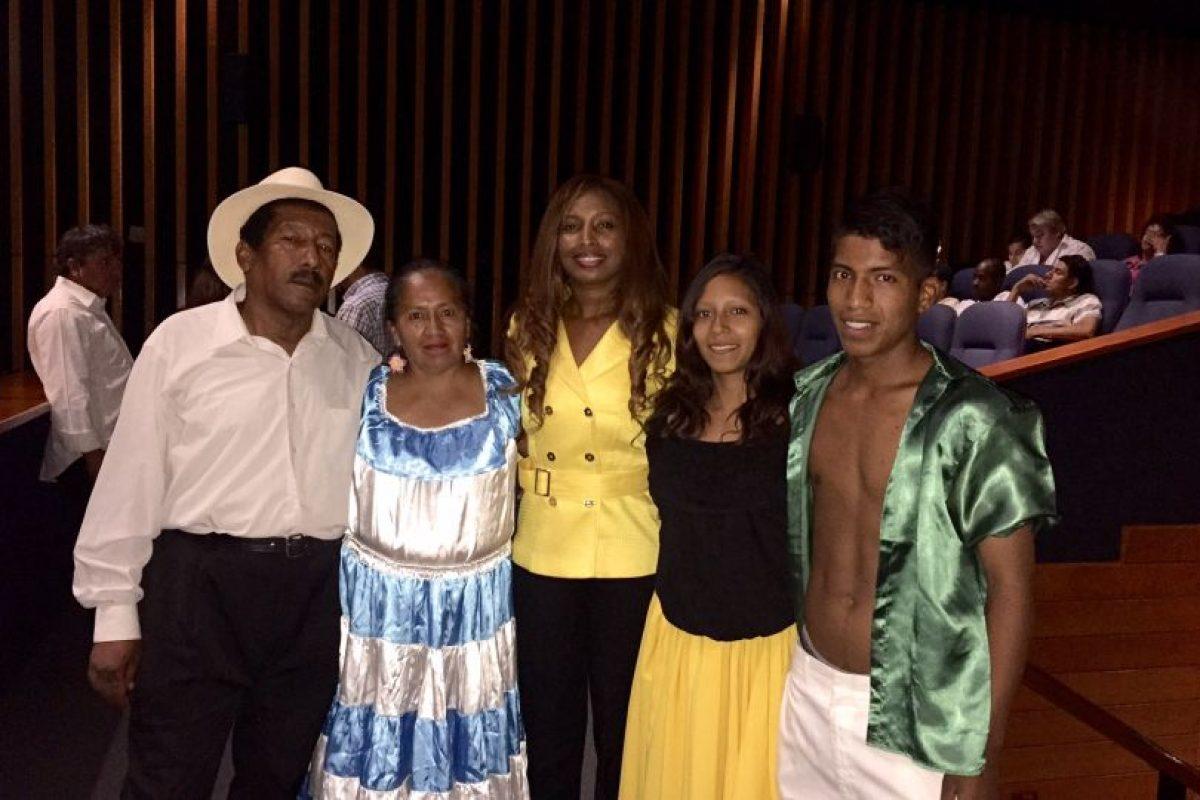 La cónsul Isabel Álvarez junto al grupo de danza Tandanajuspha Foto:PUBLIMETRO. Imagen Por: