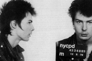 El famoso bajista de Sex Pistols fue arrestado tras asesinar a su novia, Nancy Spungen. En 1978, fue violado mientras cumplía su condena en prisión. Foto:Getty Images. Imagen Por: