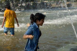 Hasta los 33º llegaron los termómetros este viernes y los santiaguinos tuvieron que buscar la forma para refrescarse y capear el calor. Foto:Agencia UNO. Imagen Por: