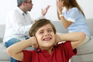 Muchas veces los niños aprenden a reprimir sus emociones o necesidades, y a estar siempre alertas ante cualquier hecho que pudiera suscitarse en el hogar. Foto:Pinterest. Imagen Por: