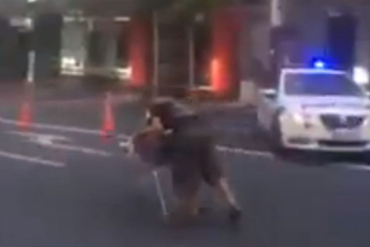 El neozelandés huyendo de la policía Foto:Vía Facebook / LADbible. Imagen Por: