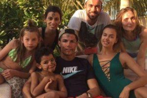 El 23 de diciembre, Cristiano subió una foto en sus vacaciones con Irina y su familia. Foto:instagram.com/cristiano. Imagen Por:
