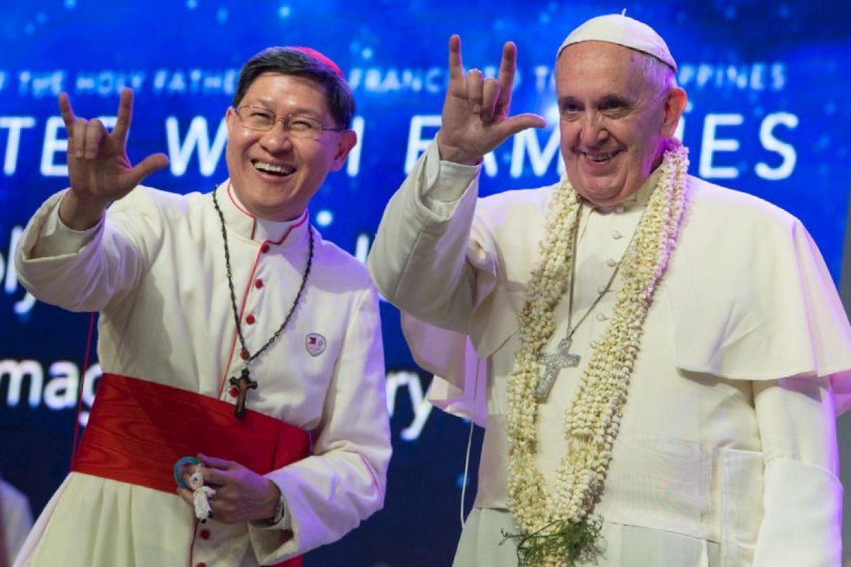"""El Cardenal de Filipinas, Luis Antonio Tagle y el Papa Francisco hacen la señal de """"Te amo"""" en lenguaje de sordos Foto:AP. Imagen Por:"""