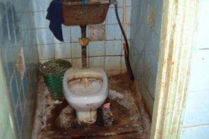 ¿Quién puede dejar un baño así? Foto:Facebook. Imagen Por: