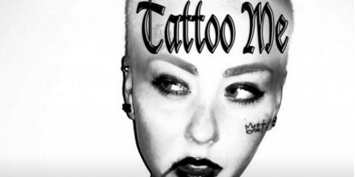 Si pagan 10 dólares pueden ver su nombre tatuado en el cuerpo de esta mujer