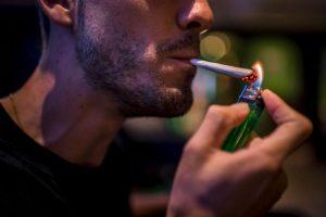 Fumar grandes cantidades de marihuana por tiempo prolongado puede provocar el efecto contrario al que se busca, ya que, esta actividad daña el centro de placer del cerebro, según el Instituto Nacional sobre Abuso de Drogas en Bethesda, Estados Unidos. Foto:Getty Images. Imagen Por: