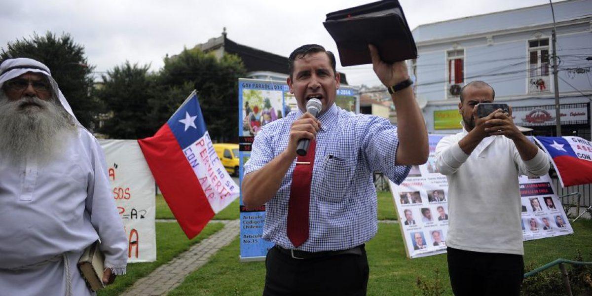 Pastor Soto insulta a diputado Boric durante protesta contra AVP en el Congreso