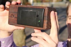 Se trata de un prototipo hecho de madera de nogal, mismo que mide 3.25*6.75*3 pulgadas con resolución de 640*384 pixeles. Cuenta en su interior con 50 metros de papel para tomar hasta 150 fotografías. Foto:ch00ftech.com. Imagen Por: