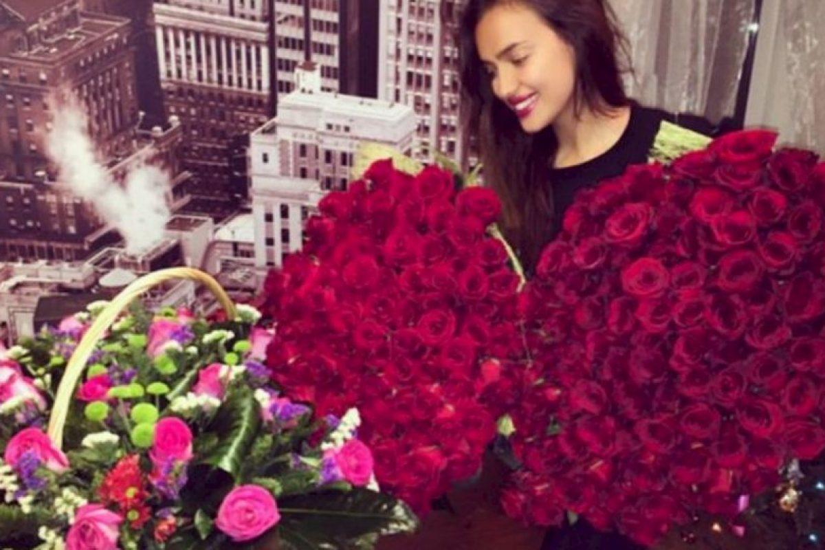 Se rumora que las rosas con las que posó la modelo en su cumpleaños, fueron regaladas por La Roca Foto:Instagram: @irinashayk. Imagen Por: