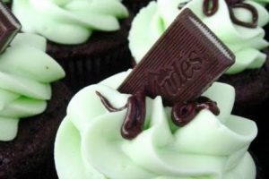 A. Lo posteo en Instagram y pongo: #cupcake #yummy #delicioso #candy. B. Solo es un cupcake. Probablemente lo postee para decir que es rico, pero ya. Foto:Pinterest.. Imagen Por: