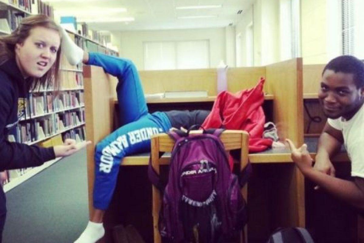 ¿Quién no hizo eso es el colegio? Foto:Tumblr.com/tagged-dormir-posiciones-wtff. Imagen Por: