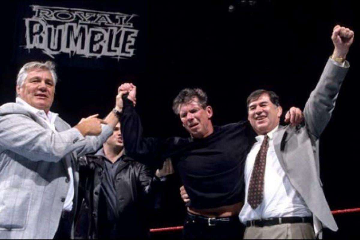 Vince ganó con ayuda de La Roca Foto:WWE. Imagen Por: